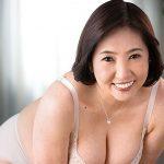 三次景子デビュー作、50歳のおばさんが矯正下着のままでガンガン騎乗位で激しい腰振り