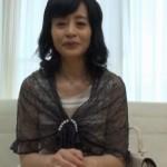 花岡よし乃55歳AVデビュー作、色白な肌に綺麗な乳首の清楚な中出し未亡人