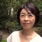 55歳のパイパンおばさん・藍川京子が野外でオマンコ広げていやらしく腰を振る動画