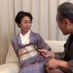 55歳の藍川京子が和服姿を一枚一枚脱ぎ去りノーパンのあそこにズブリ!